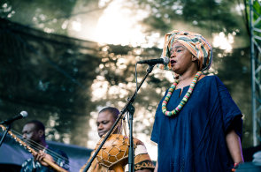 Foto: Prahou zní cizokrajná hudba. Na festivalu Respect vystoupila muslimka z Mali i Izraelec s indickou kapelou