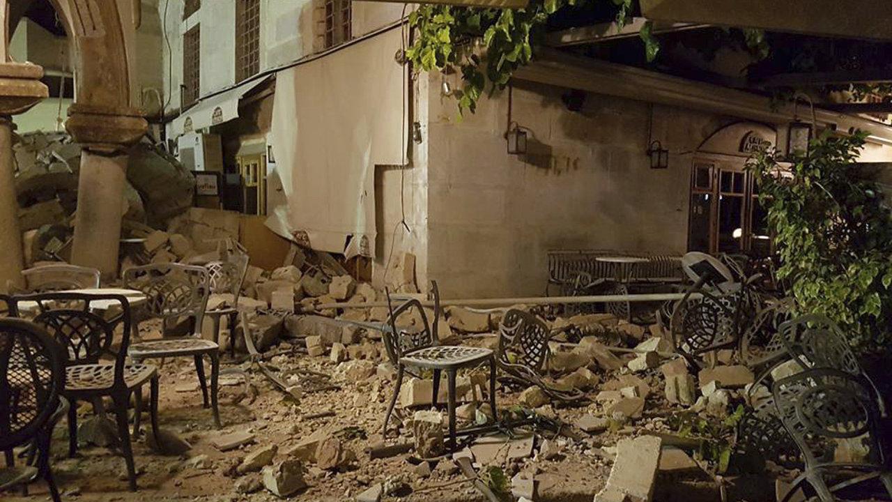 Nejméně dva mrtvé si vyžádalo silné zemětřesení na Kosu.