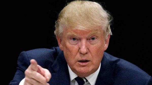 Donald Trump s podpisem nových sankcí zatím váhá.