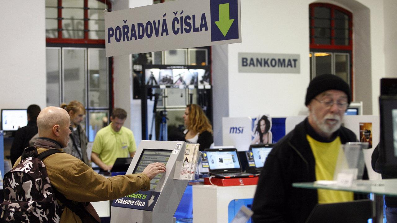 Sklady a nakupování elekroniky na ALZA. Na snímku předvánoční nakupování elekroniky v holešovickém skladu a showroomu společnosti ALZA