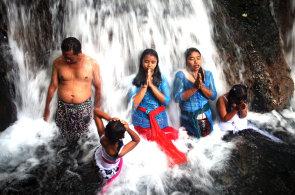 Dobří zlí duchové na Bali. Obyvatelé indonéského ostrova navzdory záplavě turistů denně provozují tajemné rituály