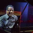 Recenze: Herbie Hancock v Praze hledal zvuk jazzové budoucnosti, hrál s klávesami na krku