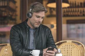 První sluchátka s umělou inteligencí hrají skvěle, po testu se blíží dokonalosti dokonce i bez drátů