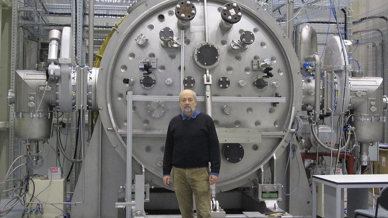 Aparatura pro testování materiálové odolnosti komponent fúzního reaktoru ITER.