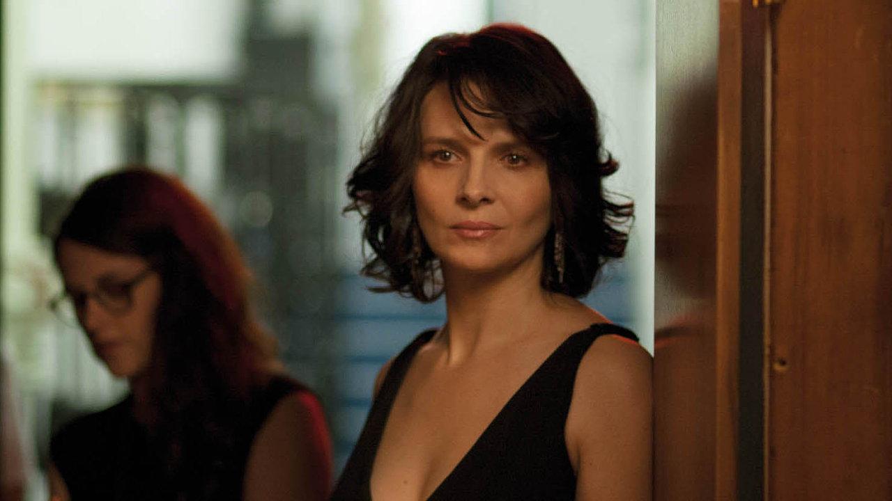 Juliette Binocheová (v popředí) se ve filmu Sils Maria představuje v roli světoznámé herečky jménem Maria Enders.