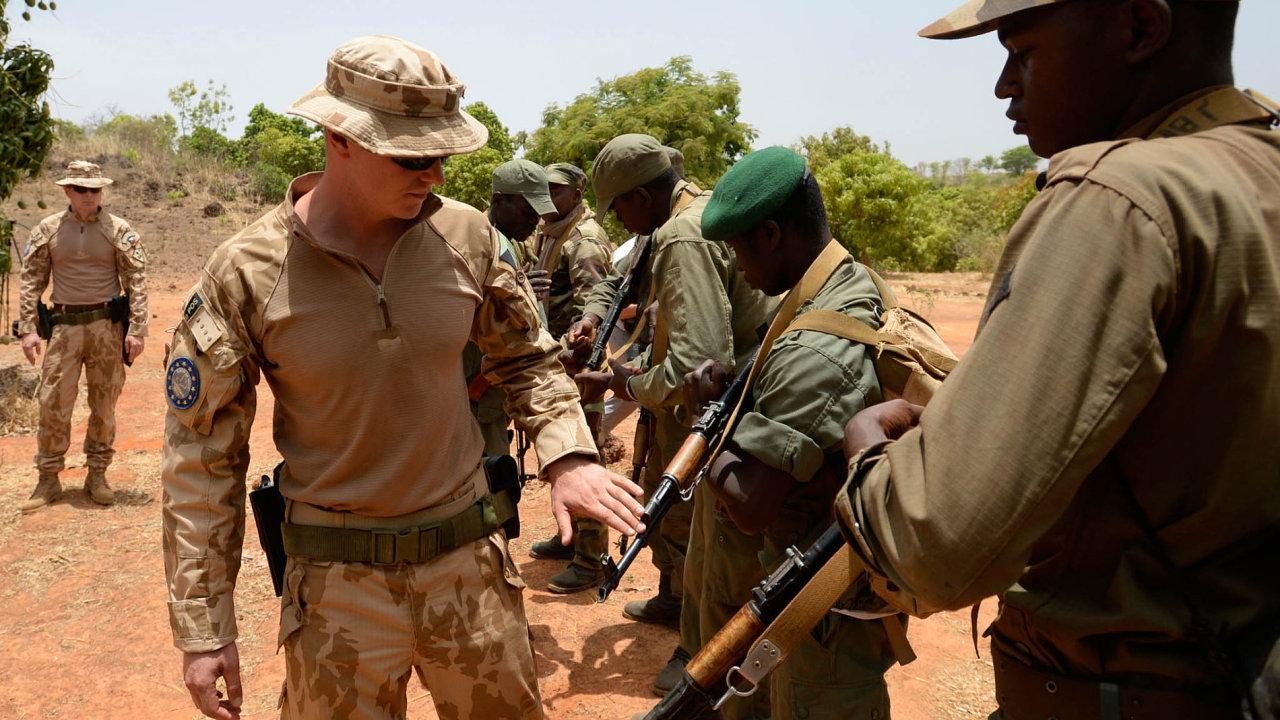 V Mali slouží v misi EU i Češi. Kromě zásahu proti teroristům cvičí tamní vojáky.