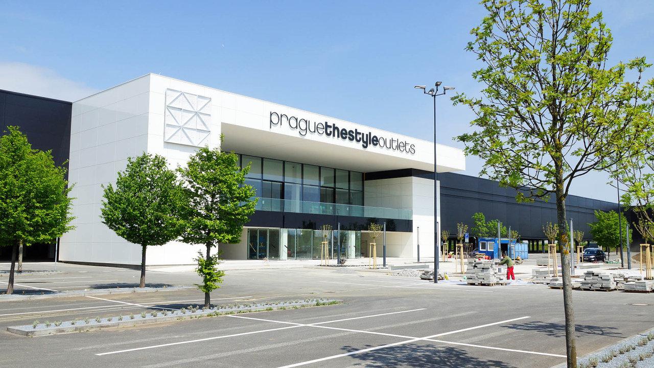 Outlet u pražského letiště po dlouhých odkladech otevírá. Fungovat měl už  deset let abc30d0ee90