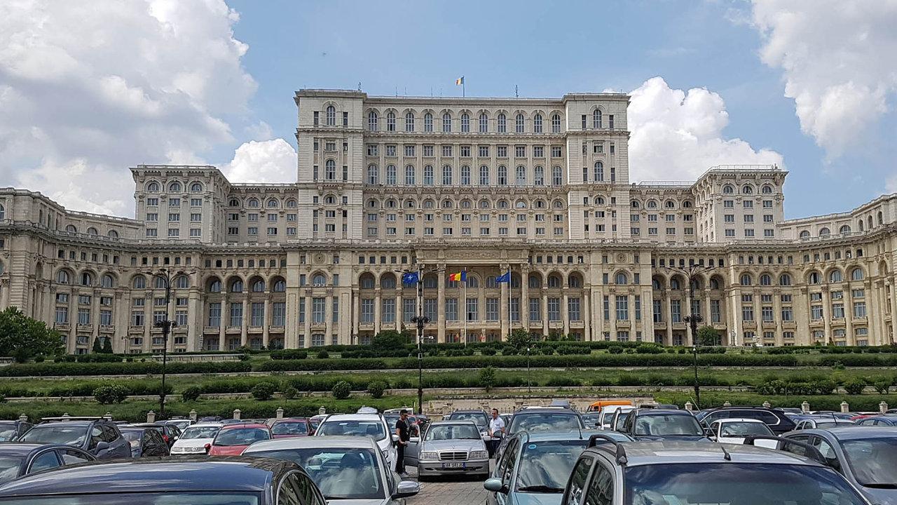 Někdejší megalomanské sídlo Palác lidu si v Bukurešti nechal vystavět diktátor Nicolae Ceaušescu. Dnes je sídlem parlamentu a Ústavního soudu a částečně i muzeem.