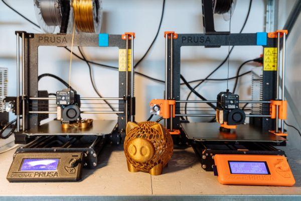 Pohled na chod 3D laboratoře PrusaLab.