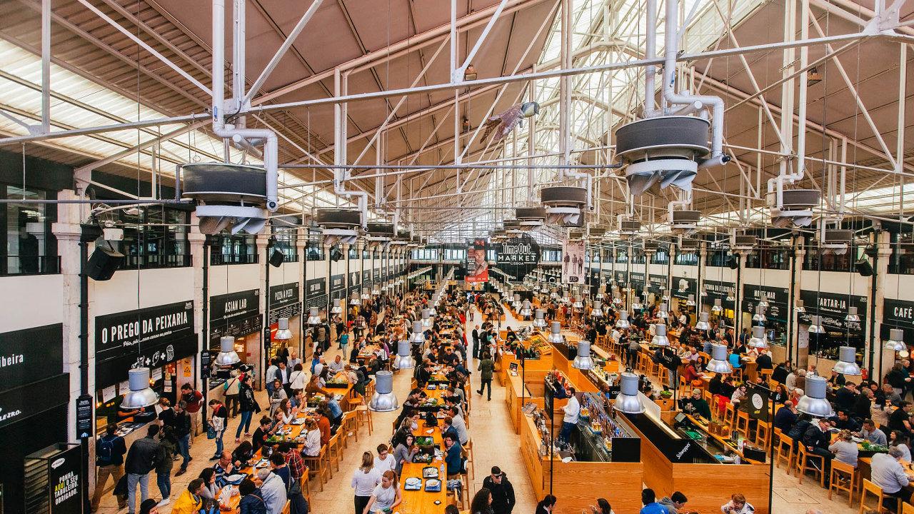 Vedle restaurací abarů tržnice Time Out Market vLisabonu nabízí ikulturní program. Loni ji navštívilo 3,6 milionu lidí, čímž se stala nejúspěšnější atrakcí vPortugalsku. Podobná má vyrůst i u nás.