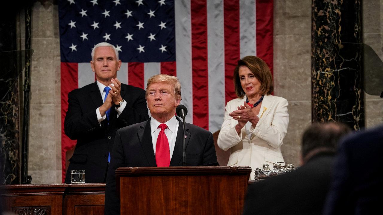 Viceprezident USA Mike Pence, prezident Donald Trump a šéfka Sněmovny reprezentantů Nancy Pelosiová.