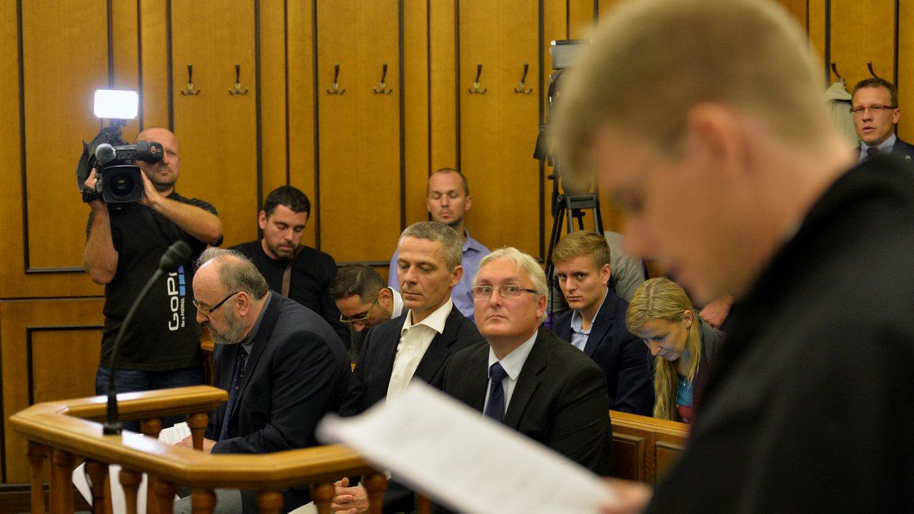 Rudolf Doucha, Pavel Kuta a Jan Škurek na lavici obžalovaných během soudu projednávajícího kauzu OKD