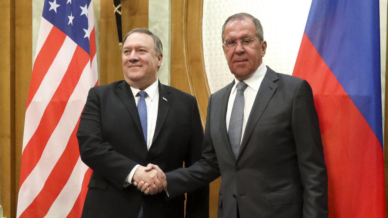 Americký ministr zahraničí Mike Pompeo a jeho ruský protějšek Sergej Lavrov na jednání v Soči.