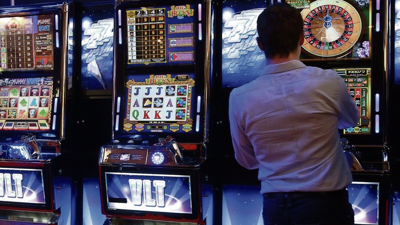 Hazard se v Česku nejvíce koncentruje ve velkých městech, u hranic s Rakouskem a Německem a také v oblastech s vysokou nezaměstnaností. Například v Ostravě tak je v provozu více automatů než v - o...