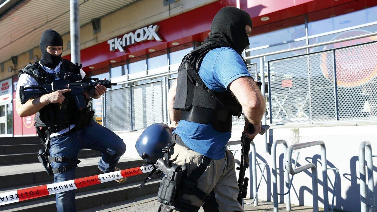 Německá policie prochází kolem kina, kde střílel muž, který zranil desítky lidí.