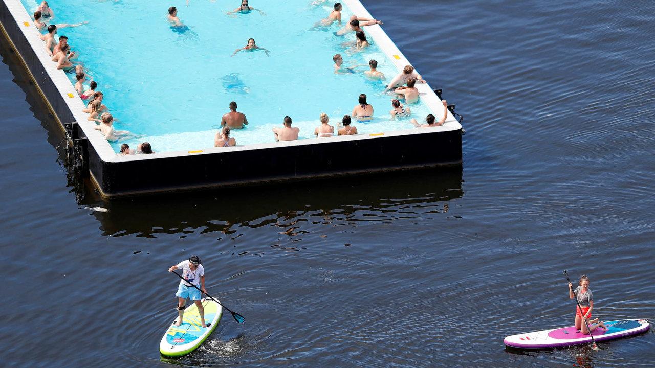 VBerlíně tento týden padaly teplotní rekordy. Nařece Sprévě, která německou metropolí protéká, se lidé chladili například vefuturisticky vyhlížející bazénové lodi.