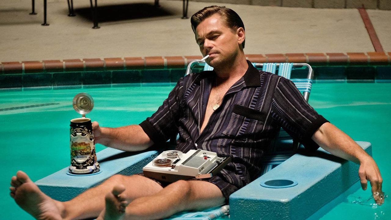 Tenkrát vHollywoodu má jako správná pohádka tři hrdiny. Prvním je herec Rick Dalton, kterého Leonardo DiCaprio (nasnímku) hraje jako westernovou hvězdu zazenitem.