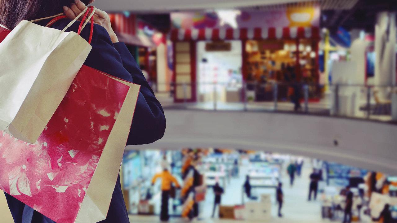 Češi v době hospodářského růstu více nakupují. Jejich výdaje ale rostou rychleji než příjmy, což se podepisuje na míře úspor.