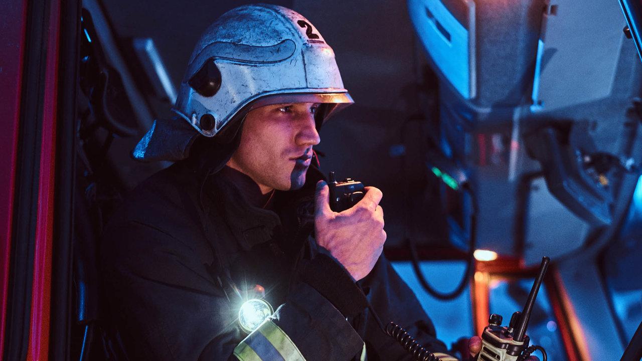 Čím si budou volat záchranáři? Ministerstvu vnitra se nedaří zajistit bezpečné používání vysílaček ipo roce 2020. Čas na řešení se krátí.