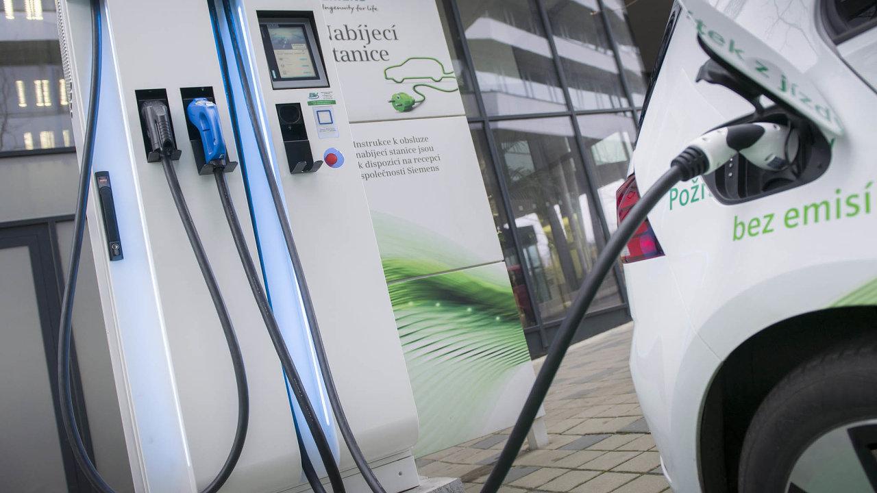Rychlost nabíjení neovlivňuje jen výkon stanice, ale i palubní elektronika. Například Tesla Model 3 zvládne dobíjení až 250 kilowatty, Volkswagen e-Golf jen 40 kilowatty.