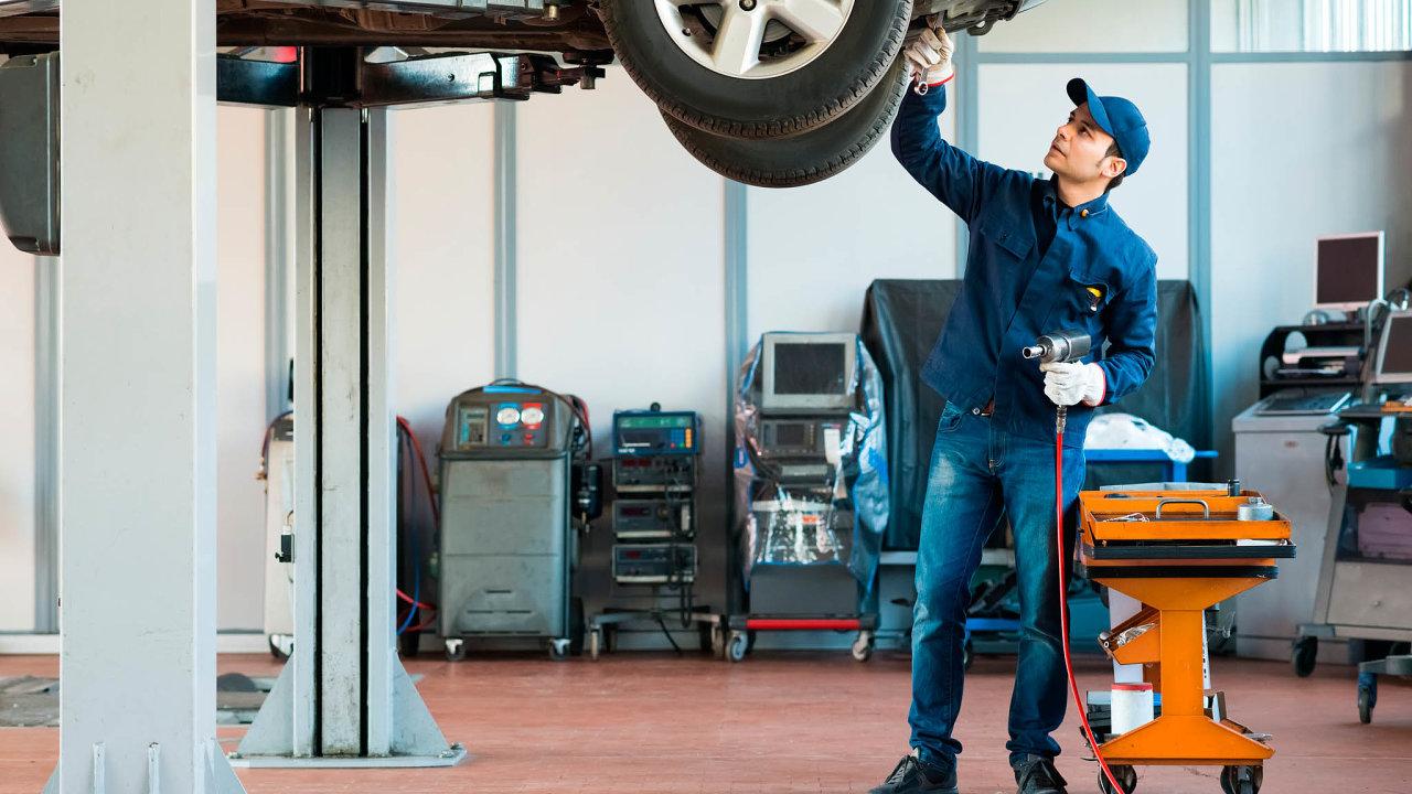 Servisní práce prodražuje především fakt, že stále více aut používá moderní technologie, jako jsou například parkovací senzory nebo systém, který hlídá, zda se auto pohybuje vjízdním pruhu.