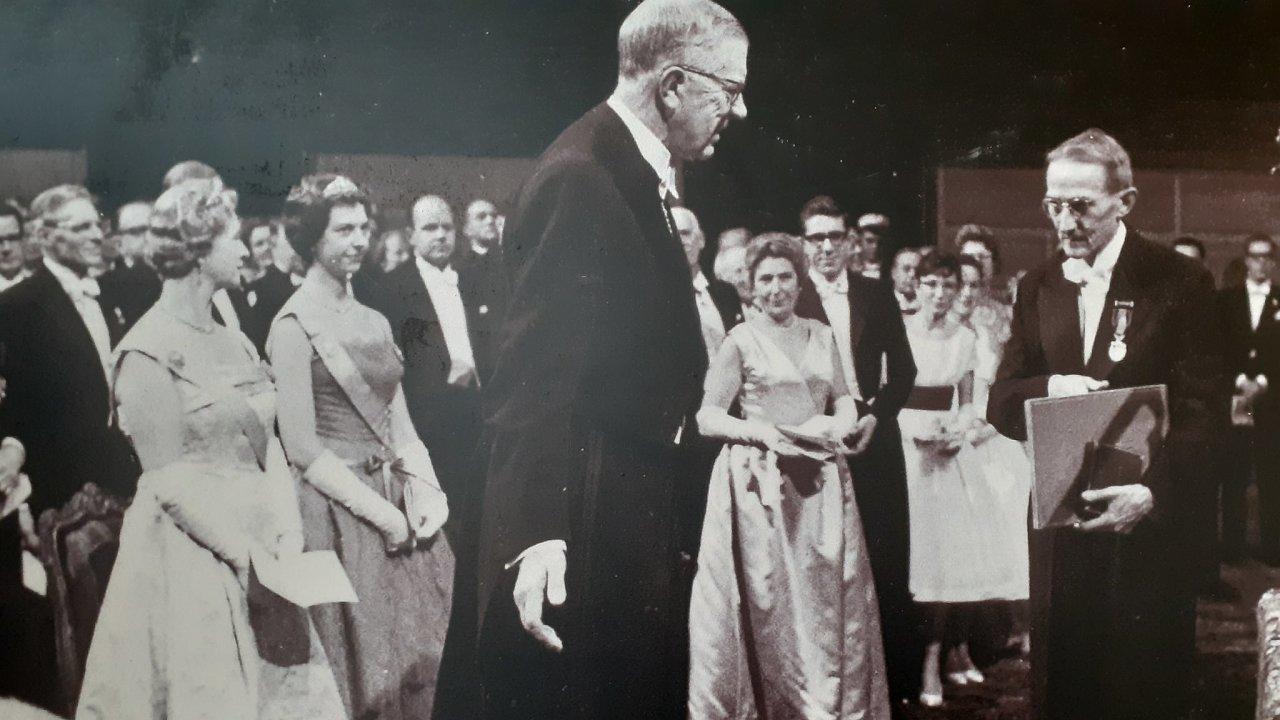 Jaroslav Heyrovský (vpravo) přebírá Nobelovu cenu z rukou švédského krále Gustava VI. 10. prosince to bude přesně 60 let.