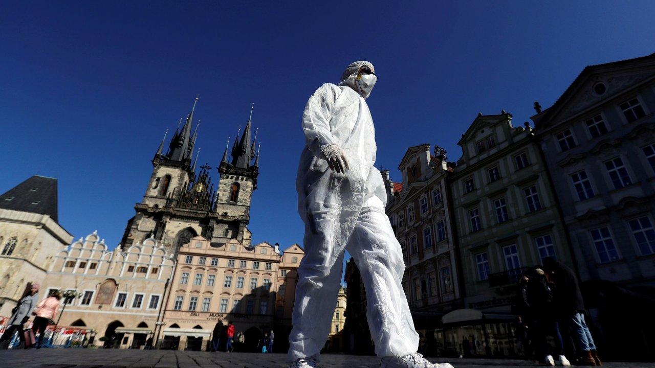 V Česku je od pondělní půlnoci pohyb na veřejnosti omezen na dobu nezbytně nutnou.