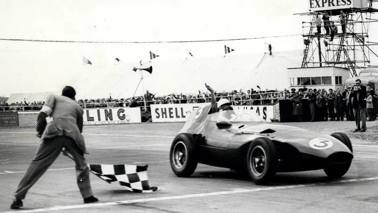 Stirling Moss platil vBritánii zapřední celebritu, vroce 2000 byl zazásluhy povýšen došlechtického stavu.