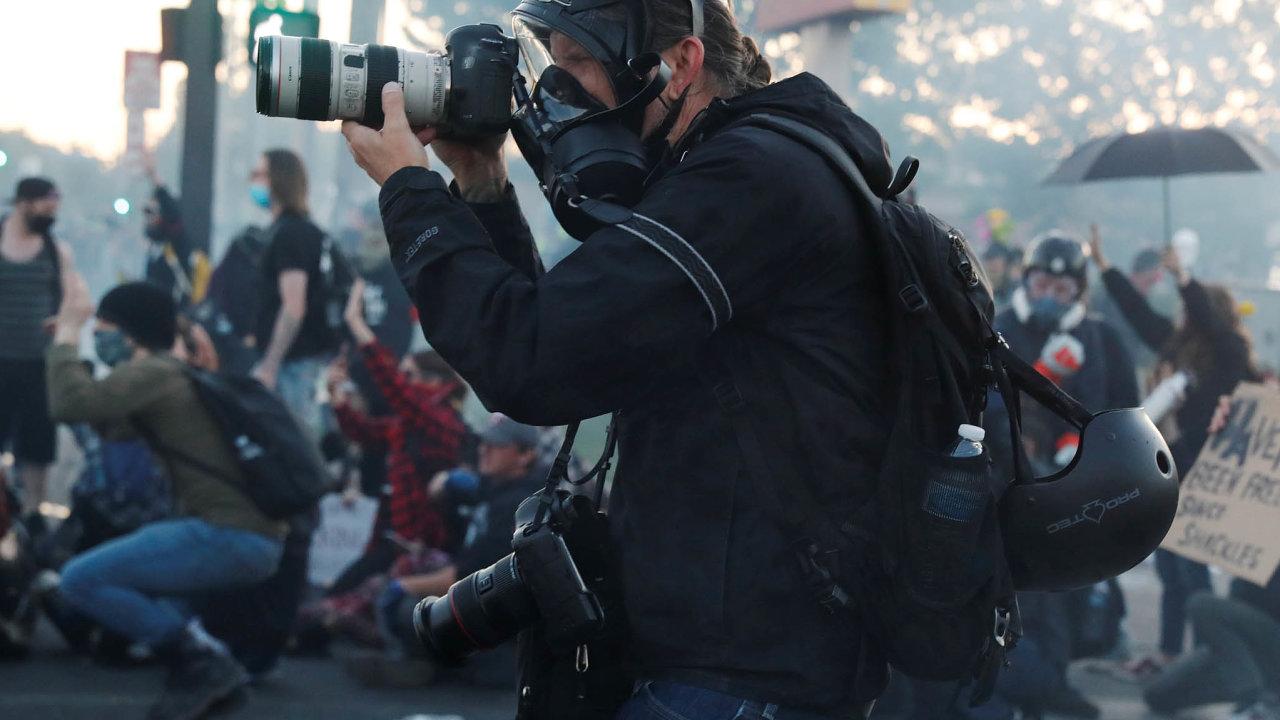 Uprostřed vřavy. Fotograf Victor J. Blue zNew York Times právě pořizuje záběry zdemonstrací vMinneapolisu. Sám se vystavuje policejnímu zákroku.