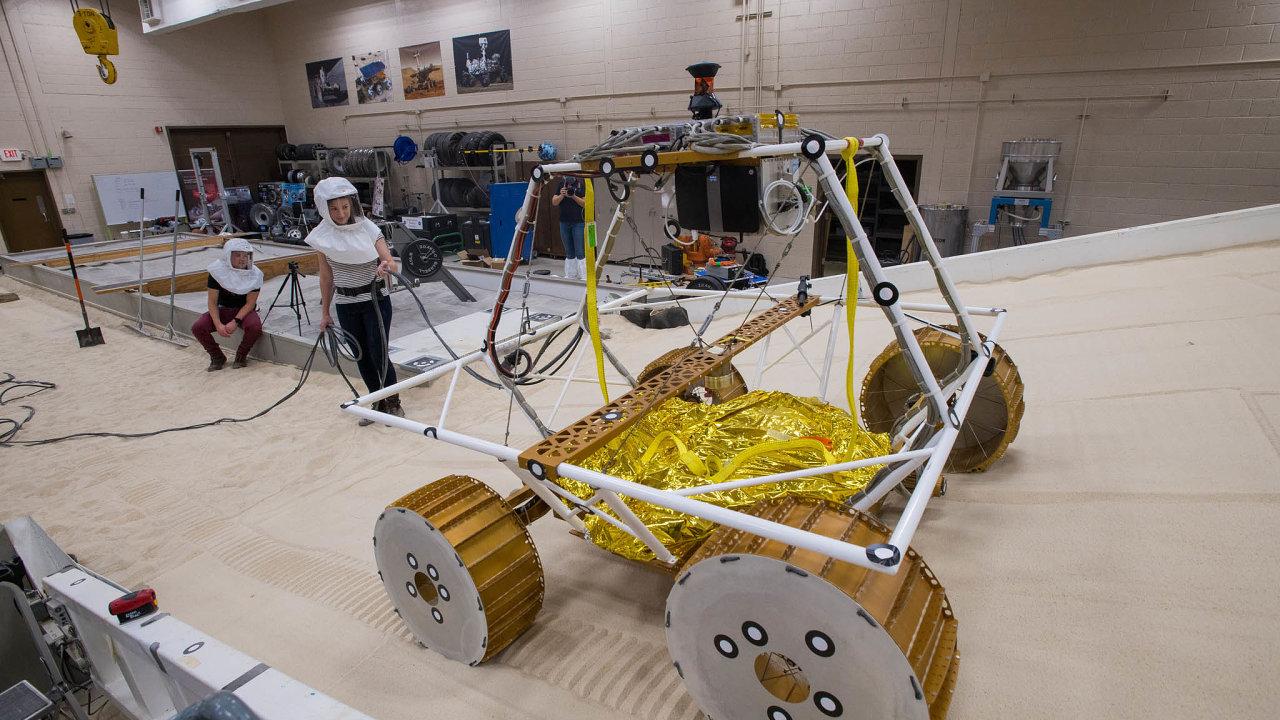 Řídí se sám. Lunární vozítko VIPER bude prvním autonomním americkým robotickým zařízením naMěsíci.