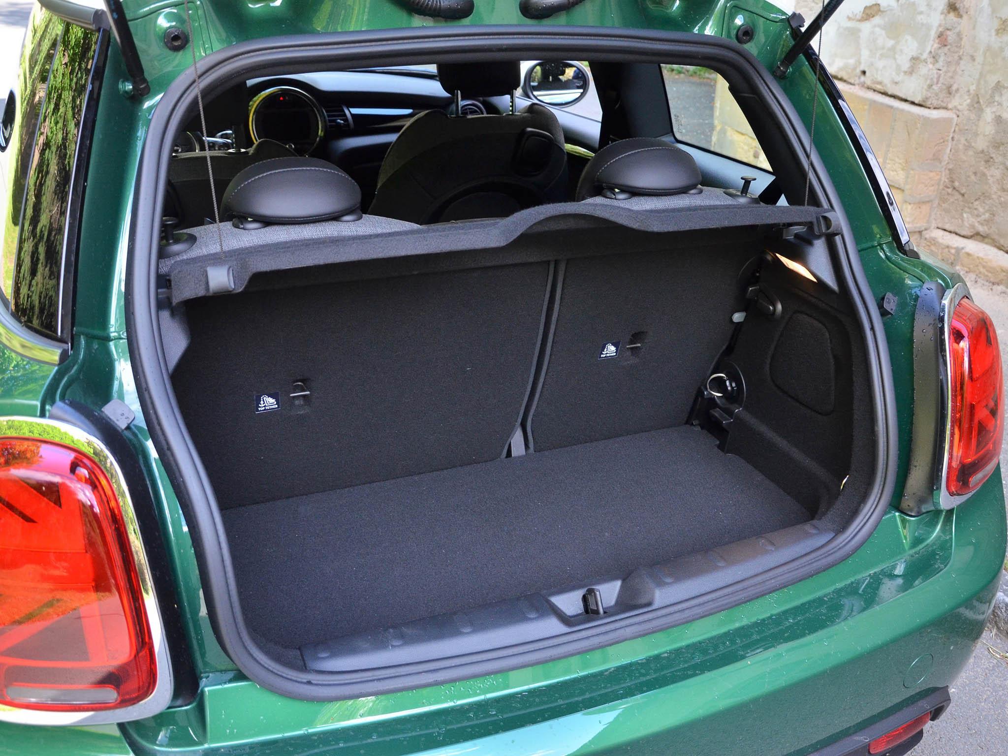 Kufr má skromných 211 litrů a vzadu jsou dvě místa, která vyhoví spíše menším dospělým nebo dětem.