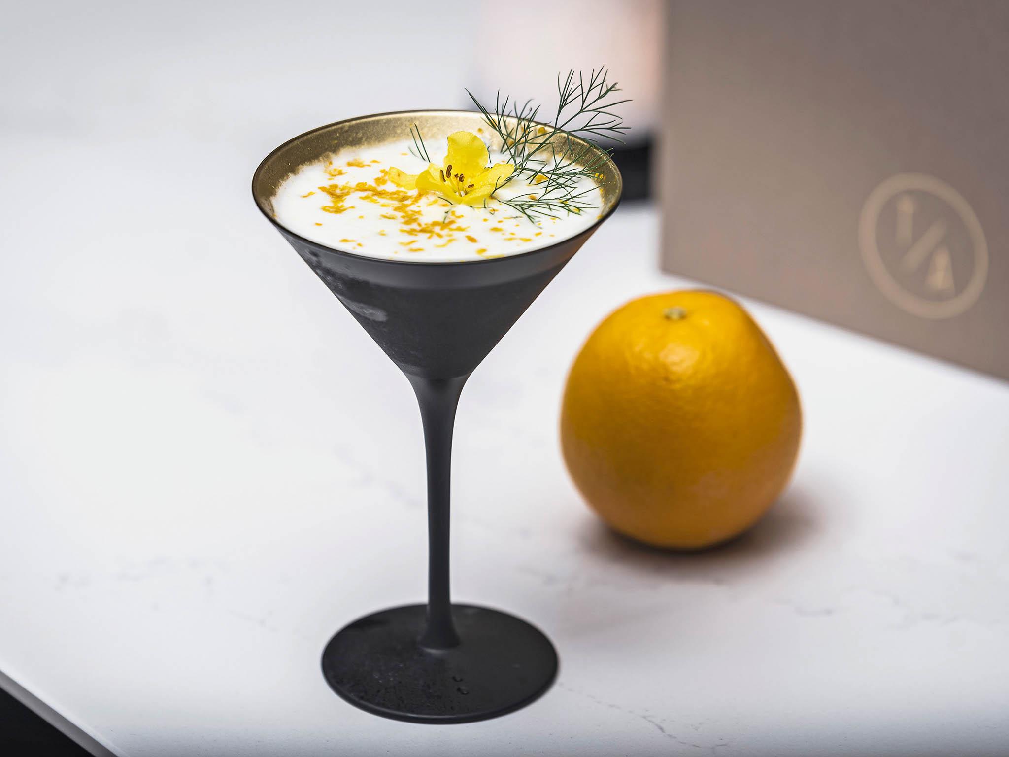 Hotel Marriott má nový bar, který se zaměřuje nalokální české suroviny asezonní speciality. Ochutnejte mimo jiné ikoktejly pojmenované napočest českých skladatelů Dvořáka, Smetany, Janáčka aSuka.
