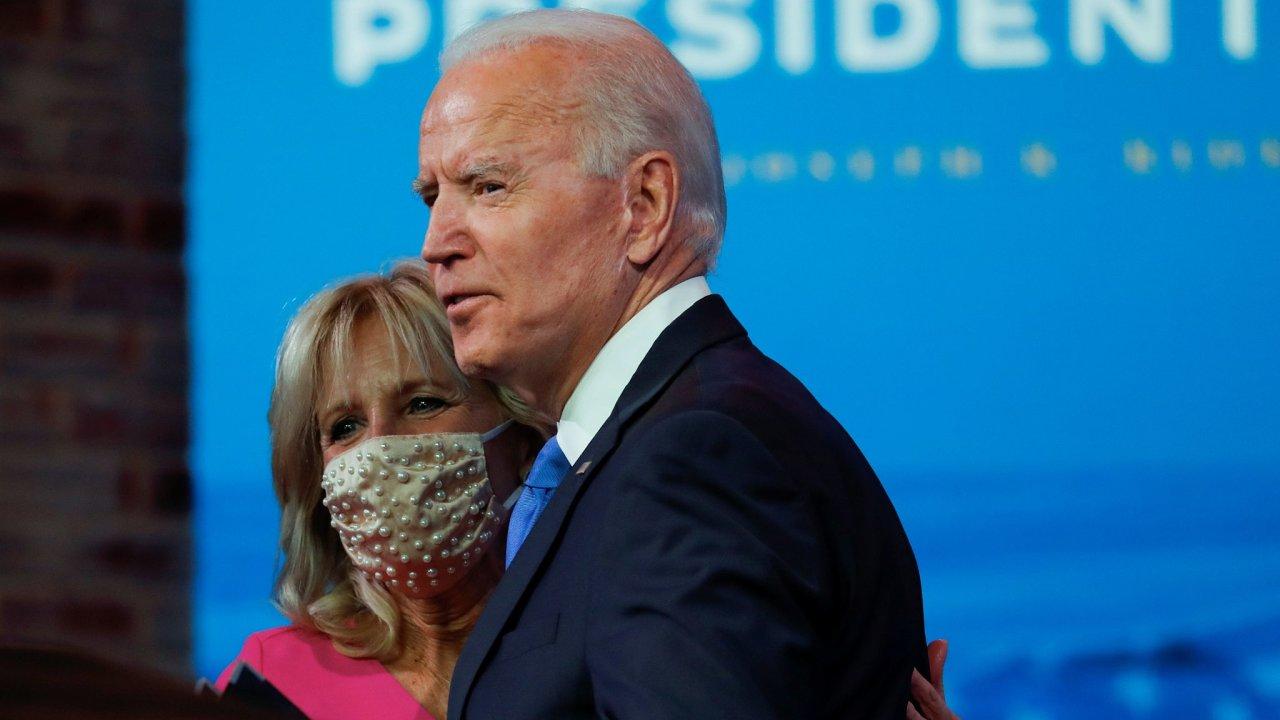 Joe Biden ve svém projevu po zvolení sborem volitelů vyzval Donalda Trumpa, aby uznal svou porážku.