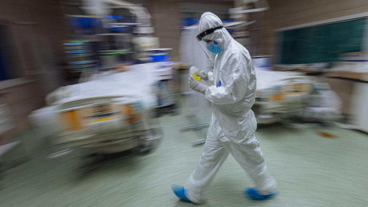 Hektický začátek roku. Nemocnice vČesku se opět začaly plnit covidovými pacienty. Snímek je zFakultní nemocnice Královské Vinohrady vPraze.