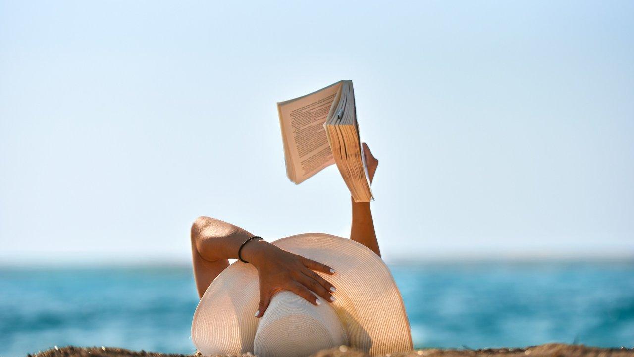 Dovolená je ideální příležitost nato, vzít si doruky nějakou zajímavou knihu, nakterou během roku nemáte čas.