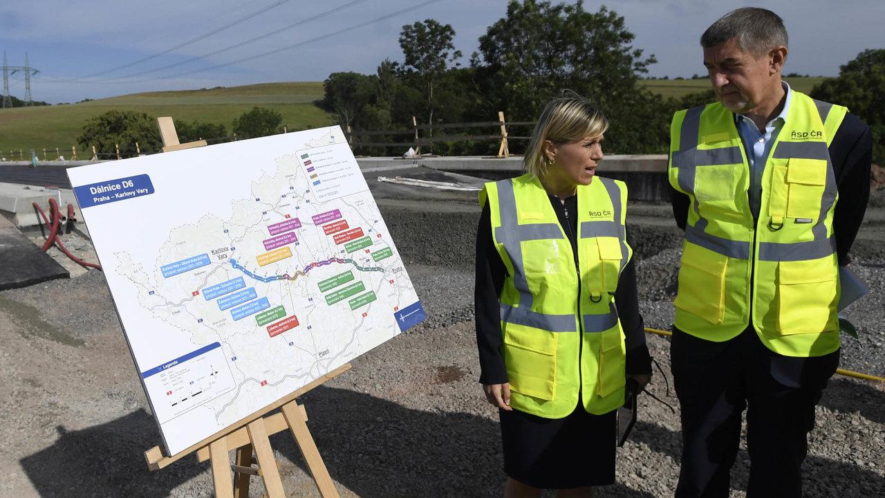 Dálnice do Prahy bude, dlouho slibují politici na Karlovarsku. Vláda Andreje Babiše (na snímku s Janou Vildumetzovou) hovořila o dokončení v roce 2024, Ředitelství silnic a dálnic mluví o roku 2026.