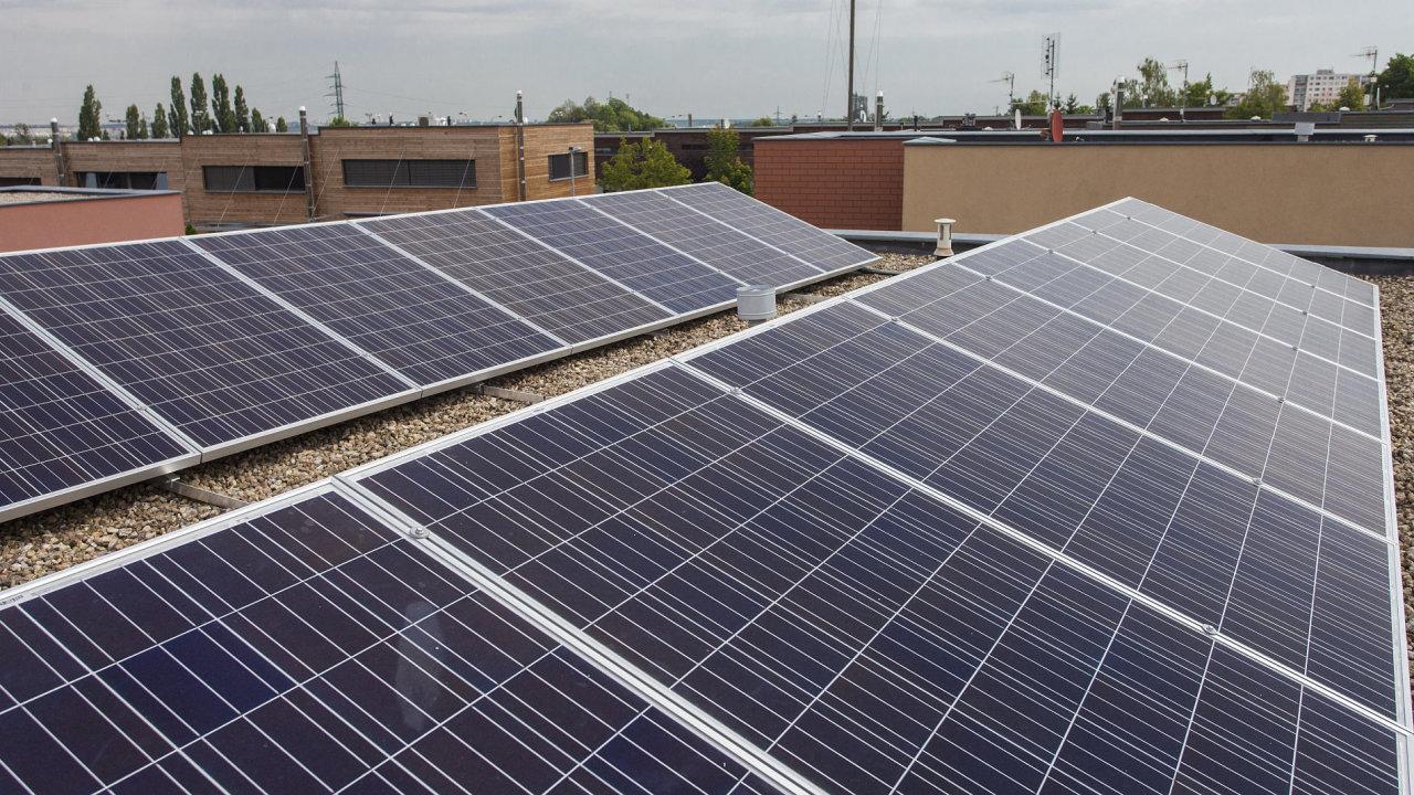V Česku se v posledních letech staví pouze ty nejmenší solární elektrárny na střechách domů