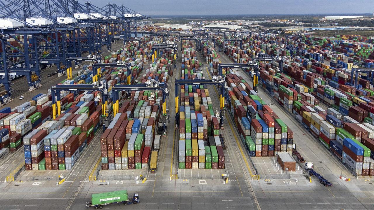 Kontejnery, které se hromadí v největším britském přístavu Felixstowe, chybějí jinde ve světě.