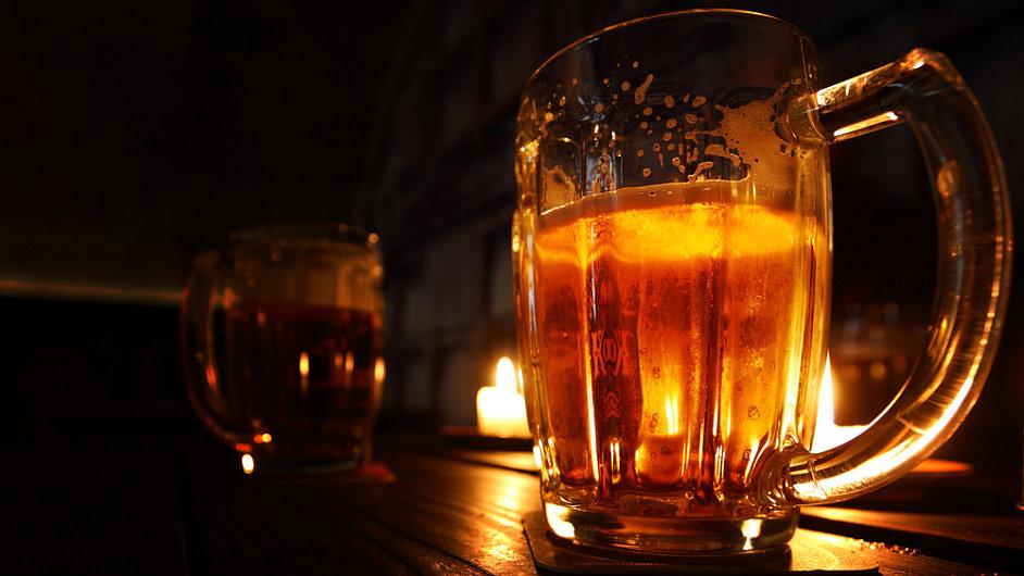 Klasický pivní půllitr ve tvaru džbánku je pro rychlé pití ideální, hostinští ale dávají přednost levnějším sklenicím.