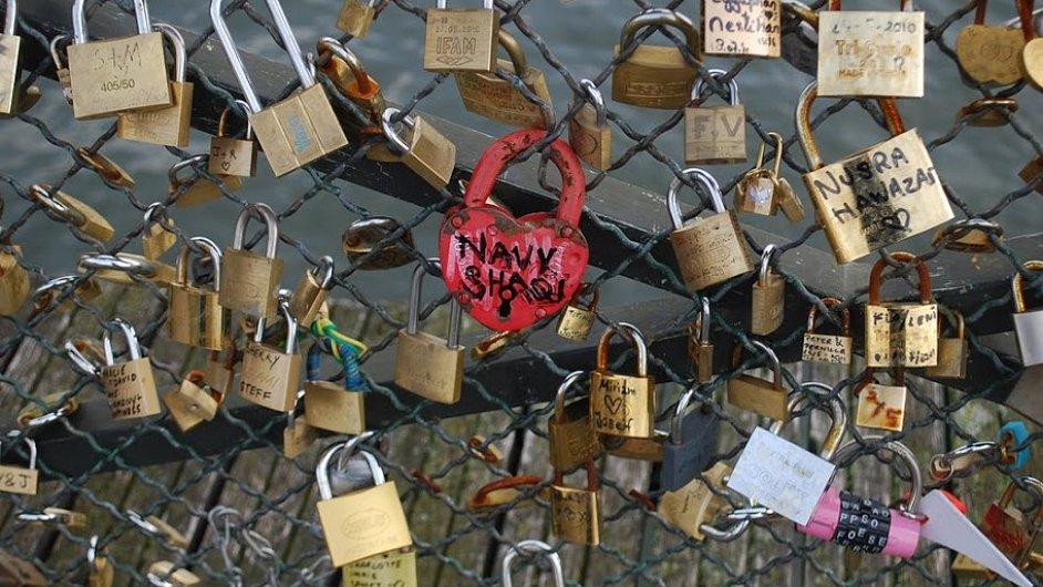Zamilovaní na mosty připínají malé obyčejné i velké drahé zámky.