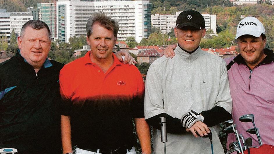 Bratři s límečkem: Ivo Rittig, Petr Bendl, Tomáš Jindra (zleva). V pravo golfový trenér.