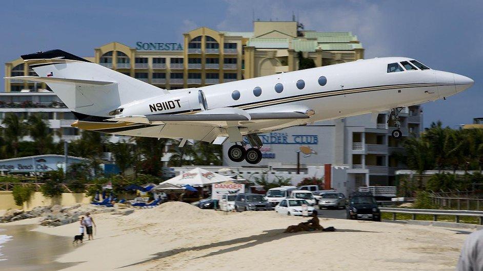 Letadlo nad pláží
