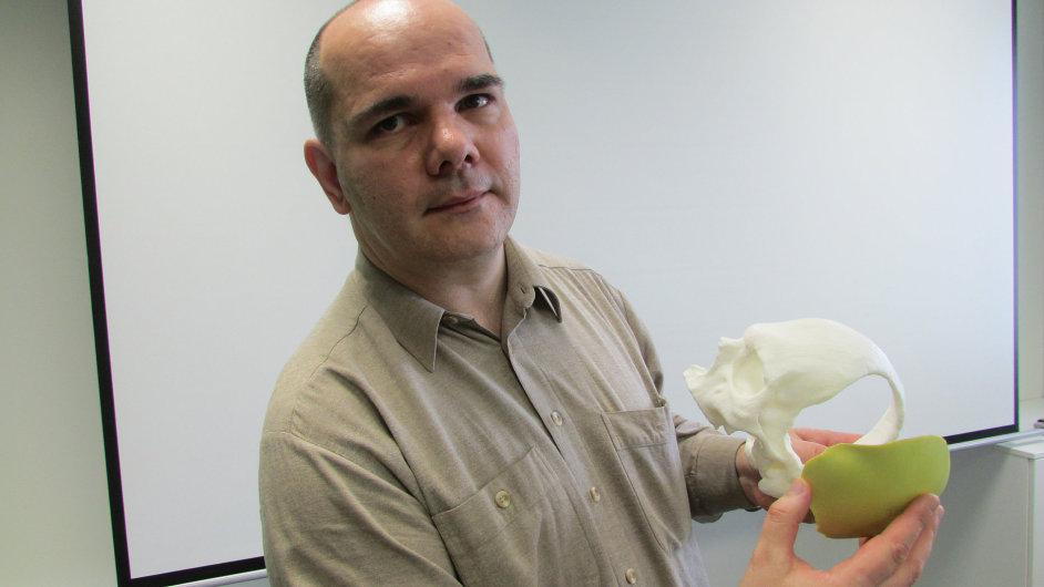 Jednatel a spoluzakladatel 3Dim Laboratory Přemysl Kršek. Zelený předmět v jeho pravé ruce je lebeční implantát odlitý ve speciální formě.