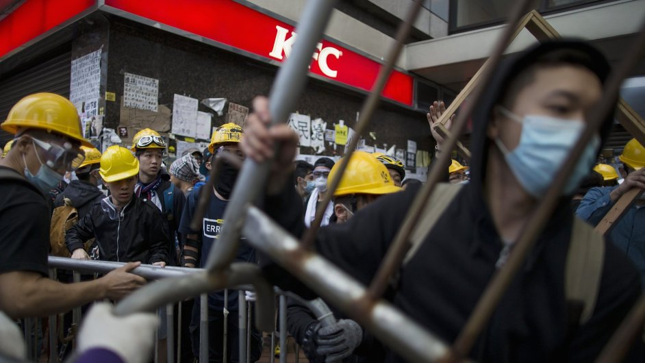 Tisíce protestujících v Hongkongu v pondělí krátkodobě uzavřely vstup do sídla místní vlády.