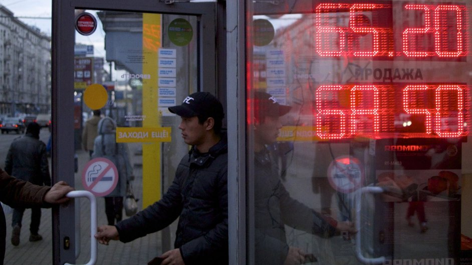 Moskevská směnárna. Rubl klesl v posledních dnech na rekordní minimum.