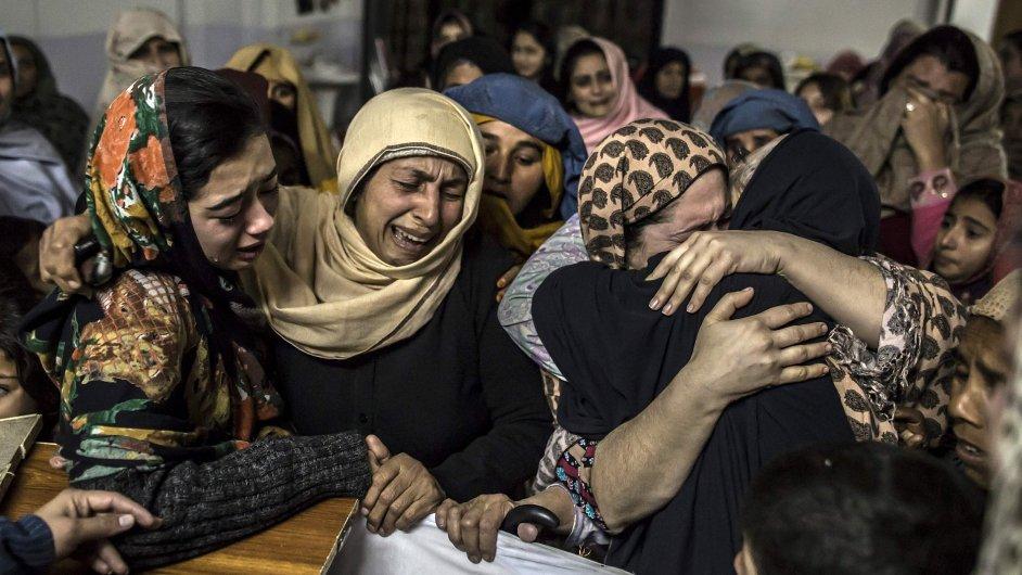Ženy truchlí nad patnáctiletým Mohammedem Ali Khanem, který zemřel při masakru ve škole v Péšáváru na severu Pákistánu.