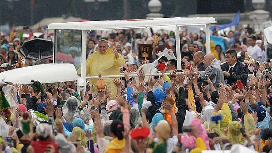 Papež František na hlavní mši v Manile přijel oděn ve žluté pláštěnce