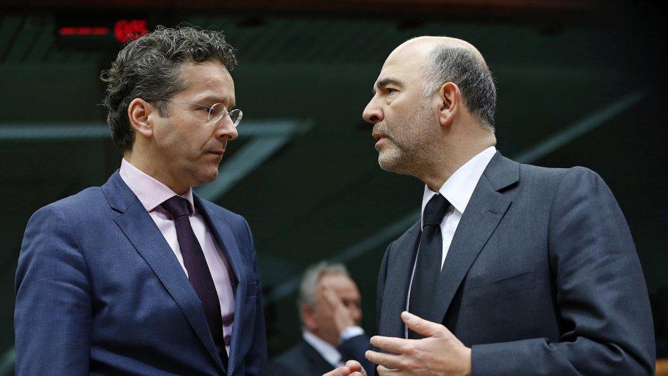 Šéf Euroskupiny Jeroen Dijsselbloem (vlevo) jedná s eurokomisařem pro ekonomiku, daně a cla Pierrem Moscovicim