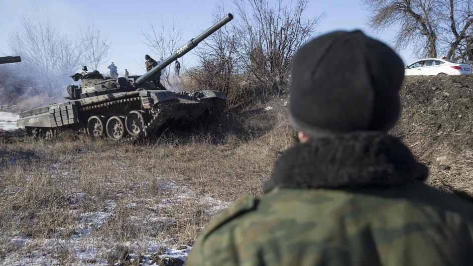 Tank doněckých separatistů poblíž cesty k Debalceve