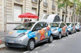 Elektromobily Autolib� v Pa��i, za nimi st�nek na objedn�vky